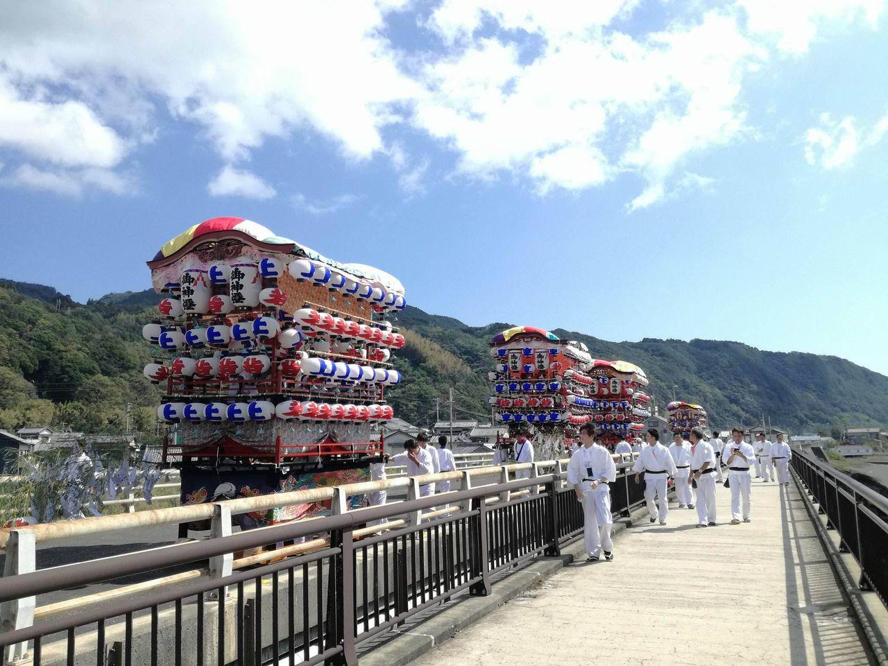 吉良川神祭りの花台が橋を渡る写真