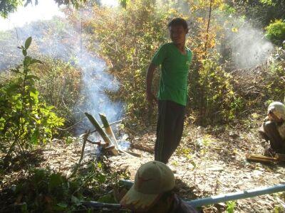 ゾウ使いと焚火