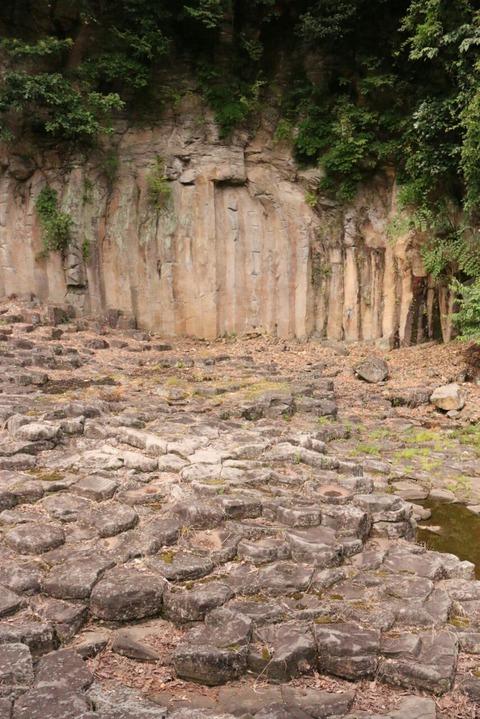 六角形の岩のがけ