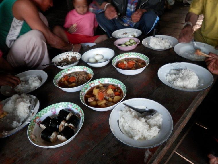 タイ カレン族の家の食卓