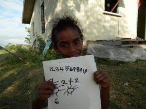 書いた絵を見せるフィジーの女の子メレ