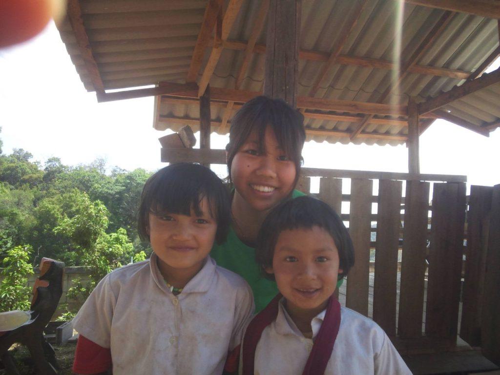タイのカレン族の子どもたちと写った写真