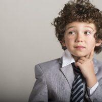 スーツを着て考える男の子