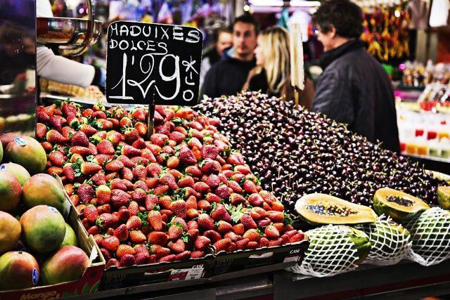 市場に並ぶフルーツの値札