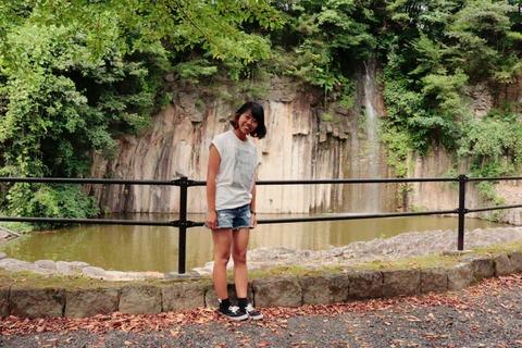 玄武岩の前で記念撮影
