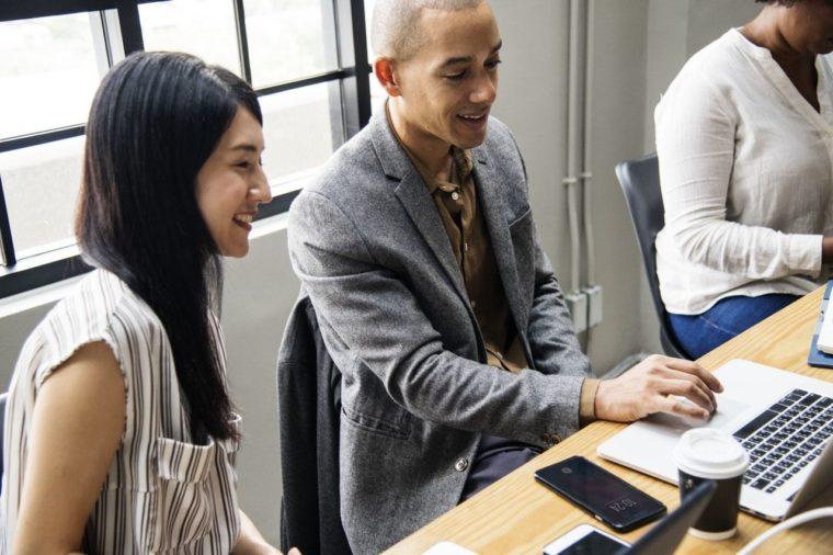 パソコンを見る男性と女性