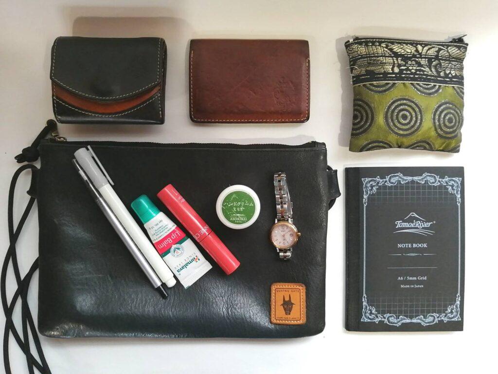 かばんの中身 クアトロガッツ 栃木レザー 小さいふ ペケーニョ 名刺入れにもなるICカードケース 小さいかばん